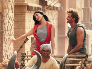 WATCH: Hrithik Roshan and Pooja Hegde's playfulness in 'Sarsariya' is fantastic!